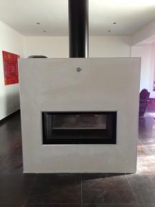 Cheminée double face en béton réfractaire équipée d'un foyer Allemand BRUNNER haut de gamme modèle Architecture 45/101 garantie 25 ans